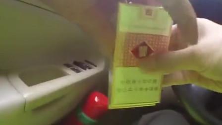【重庆】男子违法占应急车道 被查时给民警塞烟又塞钱
