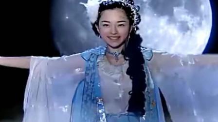 千年雪狐变漂亮女子降临人间,一挥手人间四季飘雪,太美了