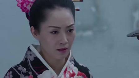 日本女人拿着饭,走到汽车后面,原来后备箱竟藏了一个地下党!