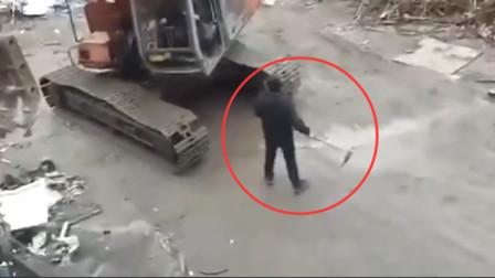 愤怒的驾驶员瞬间摧毁小货车,回看监控,让人无语