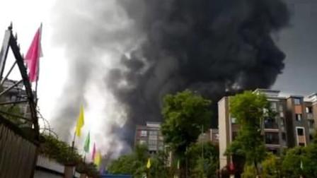 重庆一厂房突发火灾 现场浓烟滚滚