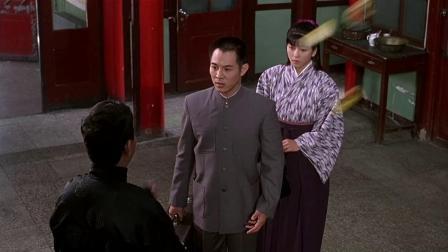 陈真带着喜欢的日本女孩来住店,店家不让住,他们只能住到了野外