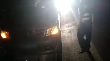 【重庆】货车雨夜停应急车道内 一男一女在车内睡觉