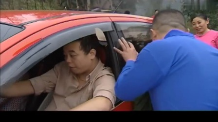 男子买了新车回村,村民们羡慕不已,一群男村民都围着看