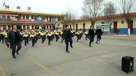 网红校长课间操带领全校师生跳鬼步舞,真是太有才了,手动点赞!