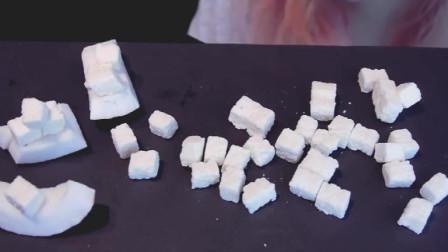 吃播:Saurus小姐姐吃外国椰子糖, 吃起来酥软可口, 甜甜哒!