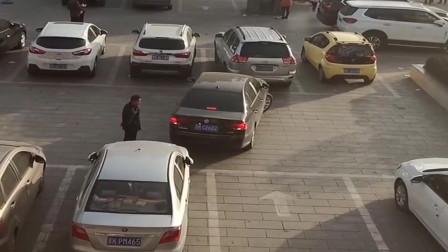女司机的倒车技术,大爷都绝望,保安:我3小时前就下班了!