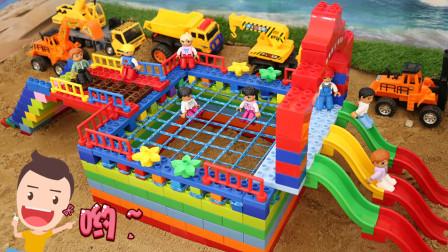 有积木建一个蹦蹦床,很多小朋友来这里玩