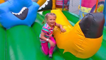 太好玩了!小萝莉来到了蹦蹦床乐园,为何摔倒了都好开心?