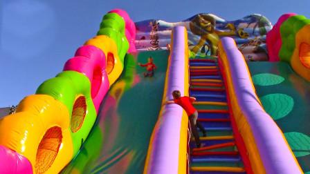 好厉害!小萝莉居然敢玩这么高的滑滑梯,难道她不怕吗?