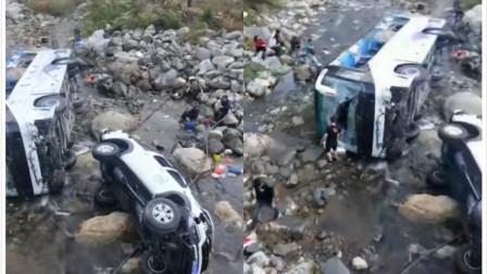 壹周资讯 皮卡车超车引发事故 致五人受伤 车辆损毁严重