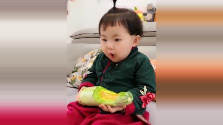 小萝莉抱着一个瓜就吃了起来,接下来小萝莉的反应太可爱了!