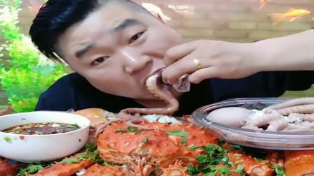 大哥吃海鲜美食,真男人生吃八爪鱼,很有劲道。