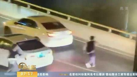 早安山东 2019 上海17岁男孩和母亲吵架 突然冲出汽车跳桥轻生