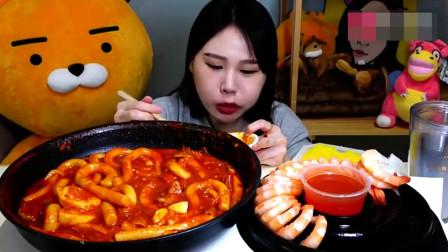 韩国吃播大胃王,吃鲜虾和肥肠辣炒年糕,吃得津津有味