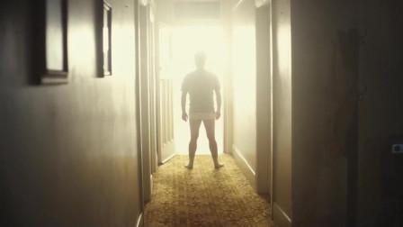 小伙悠闲地看着电视,忽然响起敲门声,原来死神就在门外