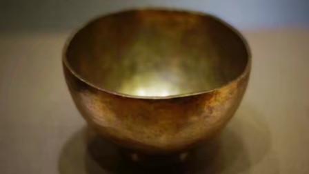 """老人收藏一只""""金碗"""",碗仅底刻4个字,专家看后建议老人上交"""