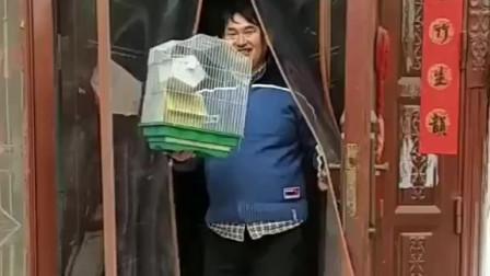 朱之文从屋里提出自己的鸟笼子,向朋友炫耀