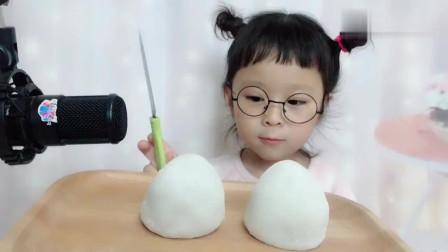 声控小橙子:小橙子第一次吃雪媚娘,这样的宝宝太可爱,草莓女孩