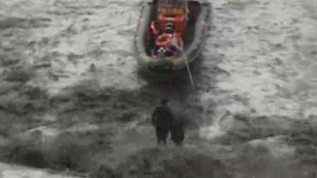 【重庆】水位上涨钓鱼爱好者被困 警方出动冲锋舟将其救出