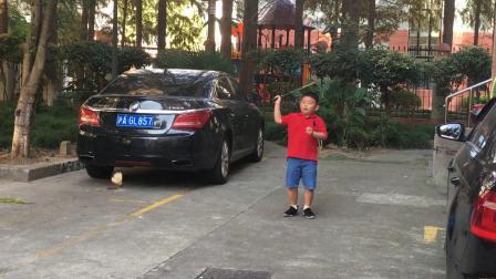 【7岁】10-1哈哈国庆节跟哥哥一起打欢乐羽毛球IMG_0929.MOV