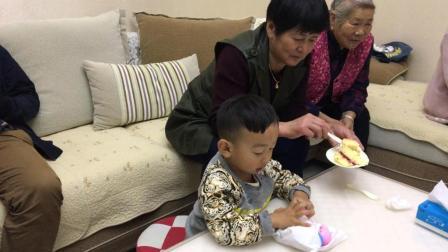 萌娃吃小猪佩奇裱花生日蛋糕视频