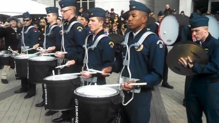 难得一见的美军军乐队斗鼓,节奏太欢快了,最后成了大联欢