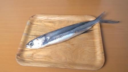 小巧玲珑的深海飞鱼,日本厨师将它直接切成两半,真是太残忍了