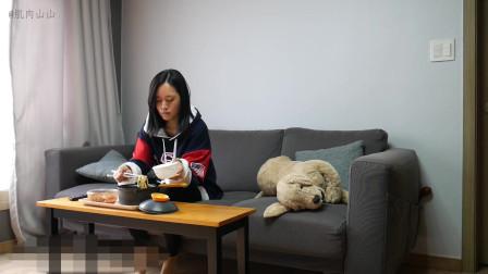 【隐藏摄像机】韩国欠揍老弟偷偷偷吃美女姐姐的拉面