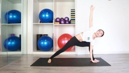 瑜伽怎么做效果最好?慢动作示范侧脚脊柱扭转,配合呼吸效果更好