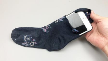 袜子剪一个小口套在手机上,真是厉害了,解决了玩手机的一大困扰