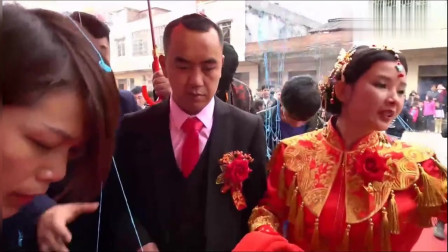 广东清远姑娘出嫁,下车时放的这首歌,很经典很好听