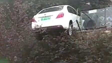【重庆】网约车冲破护栏险掉悬崖 车身悬在半空
