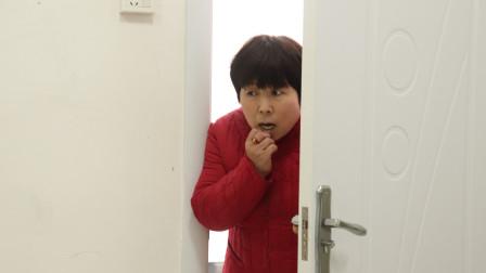 儿媳出差回来后连睡三天,婆婆疑惑偷偷进卧室,拉开衣柜门愣了