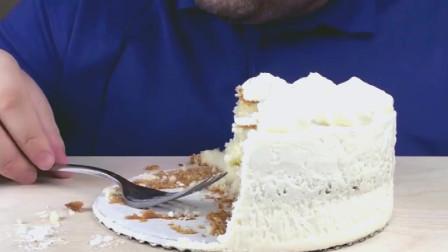 吃播:外国Russian小哥吃白白蛋糕! 稀罕蛋糕上面奶油啊!