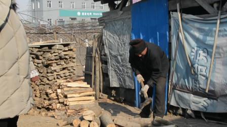 东北农村取暖全靠柴火,劈柴在农村是十分常见的,是重要的取暖方式