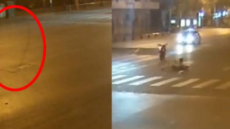 惊魂!2人飙车遭电线拦腰拽倒 摩托冲出30米