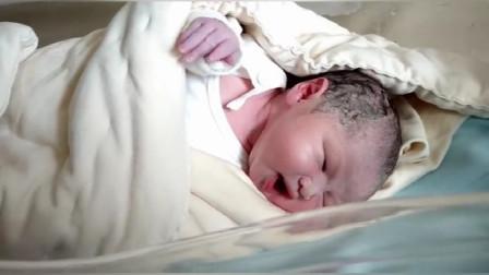 宝妈刚出产房,小宝宝就趴在她身上,婆婆看到都泪目了