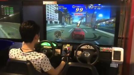 游戏厅偶遇大佬,300km时速疯狂飙车,居然没有失误