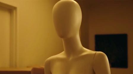 男裁缝下班回家,关上灯后发现模特居然活了,还要杀了他!