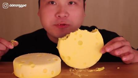 大胃王:韩国小哥吃奶酪大饼,大口大口啃这样吃真过瘾
