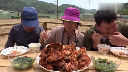 《韩国农村美食》用八爪鱼和鲍鱼等炖麻辣海鲜杂烩吃,真过瘾
