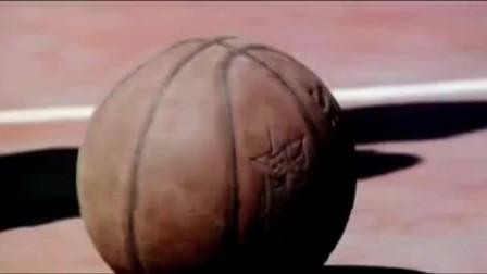 张一山打篮球被人戏耍, 队友更是被隔扣, 一旁的女生伸出了援手