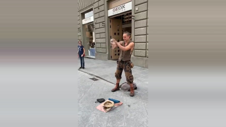 法国街头的艺人,表演的真是出神入化