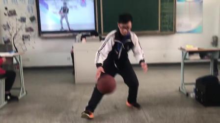 某高校班长在班会课上模仿蔡徐坤打篮球,一点都不像!你觉得呢?