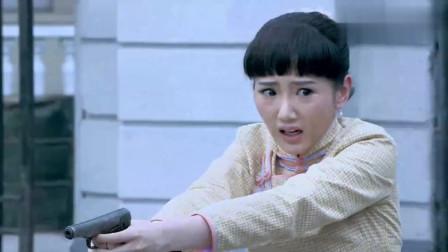 小日本围剿女子学校,看见漂亮姑娘就围上去,姑娘直接举枪瞄准