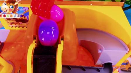 奇趣蛋游乐场玩超高滑滑梯,内心紧张,小汽车嘲笑的益智玩具故事