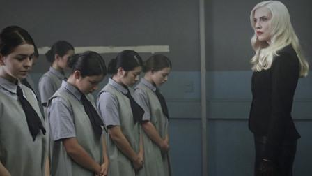 一群女孩寄宿在学校,看似管理有序,却是在密谋一场可怕的计划!