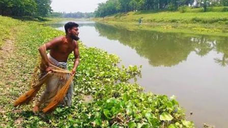 野外河里鱼多无人捕,印度男子撒一网,看看他捕到了啥鱼?