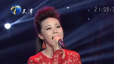身穿中国红长裙的气质美女,一曲《美丽中国》,嗓音听着太舒服了